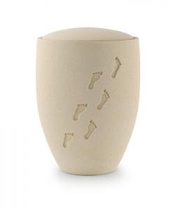 Urne Seebestattung Fußspuren vertieft im Sand